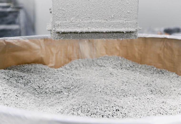 プラスチック部品を粉砕機に投入し、粒状のサイズに加工します